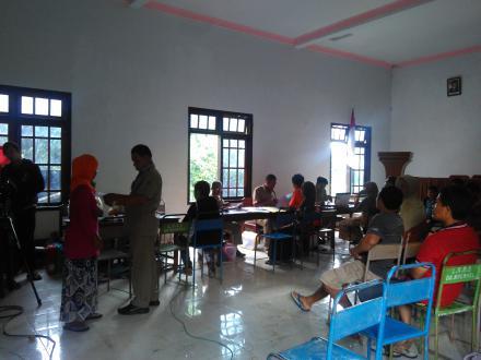 Antusias Masyarakat Desa Ngembel dalam Pelayanan Administrasi Keliling Dispendukcapil